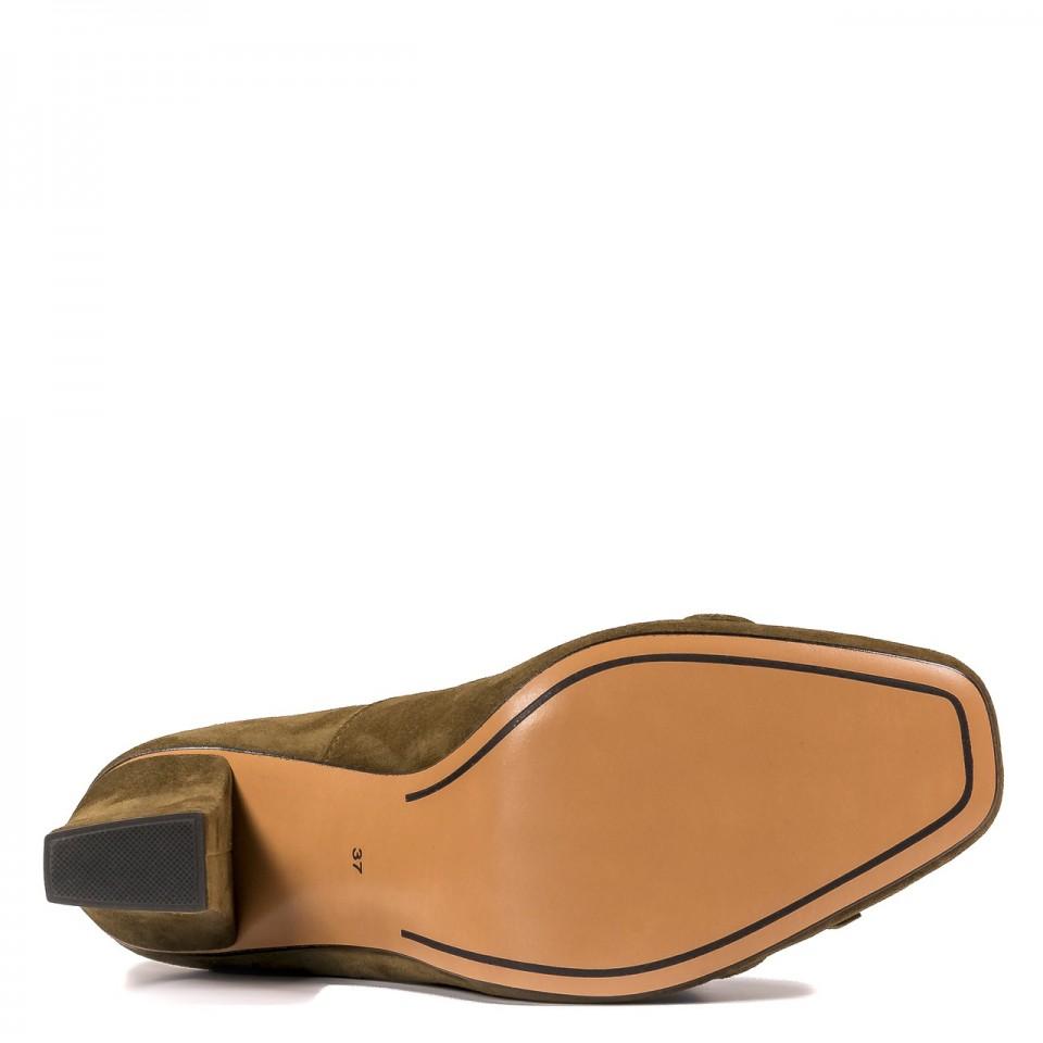 Zamszowe czółenka koloru khaki ze złotym łańcuszkiem