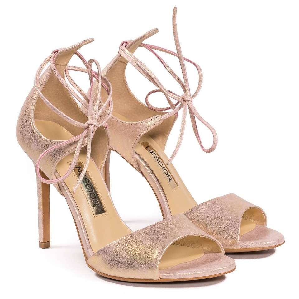 Perłowo różowe skórzane szpilki sandały wiązane wokół kostki