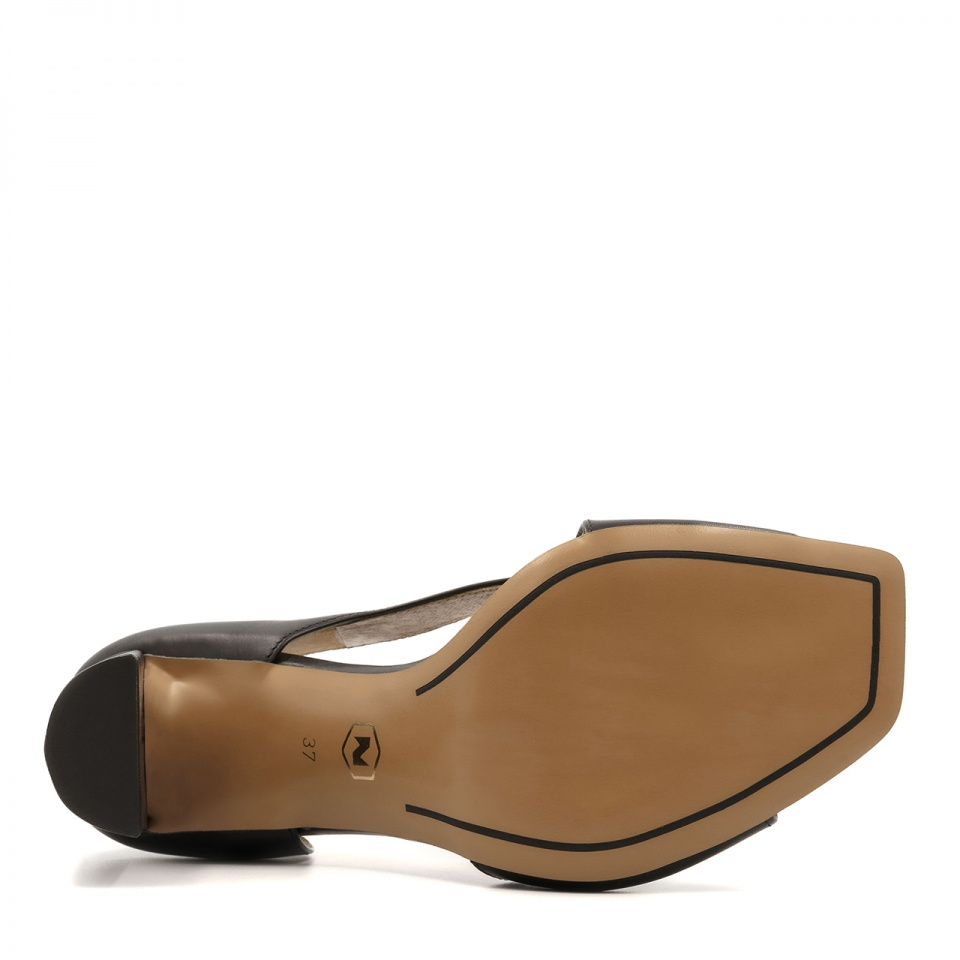Czarne skórzane sandały z kwadratowym noskiem 133A