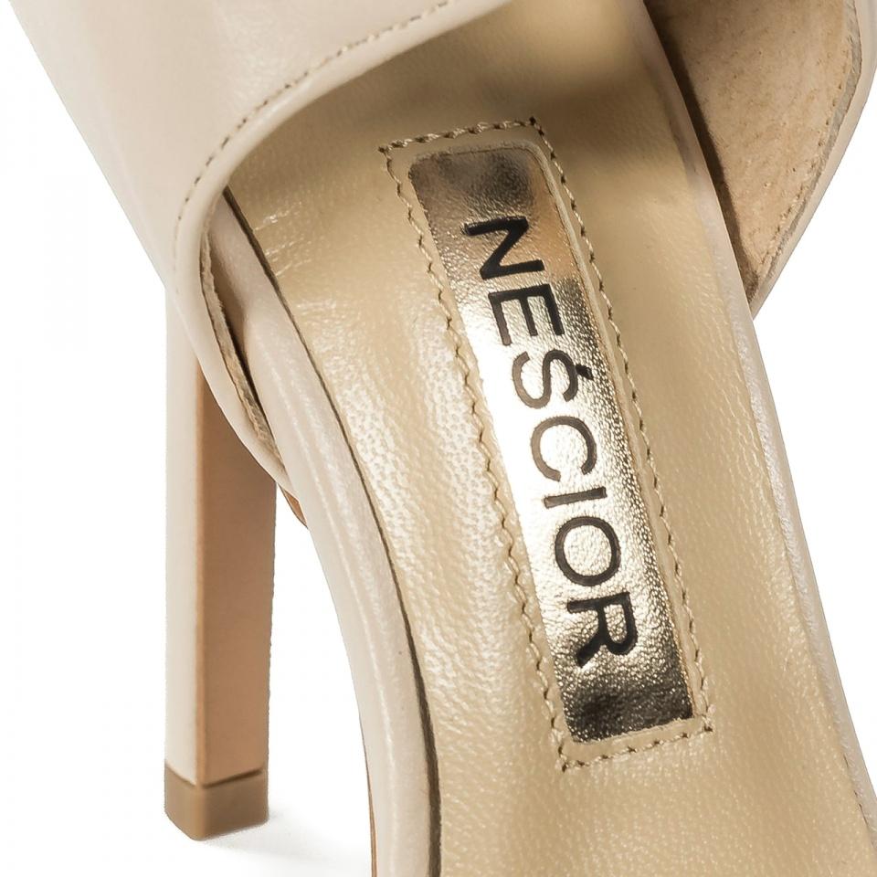 Beżowe skórzane szpilki sandały wiązane wokół kostki