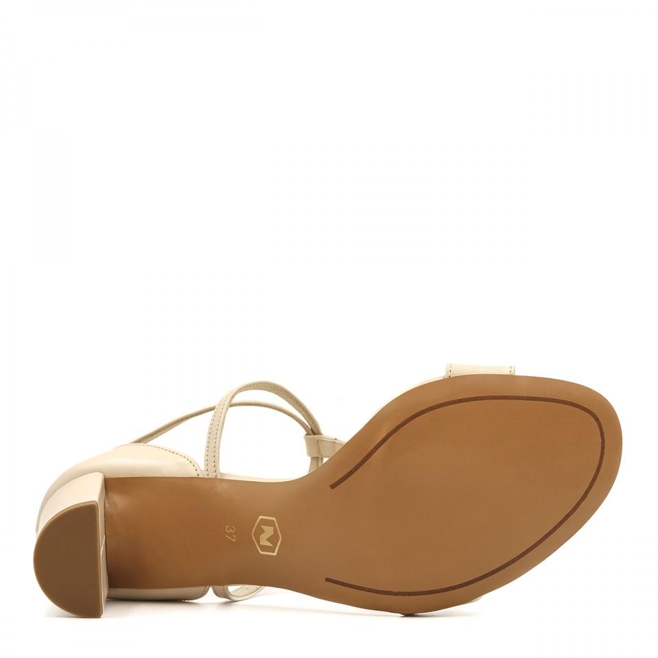 Beżowe skórzane sandały z paskami na niskim słupku 209D