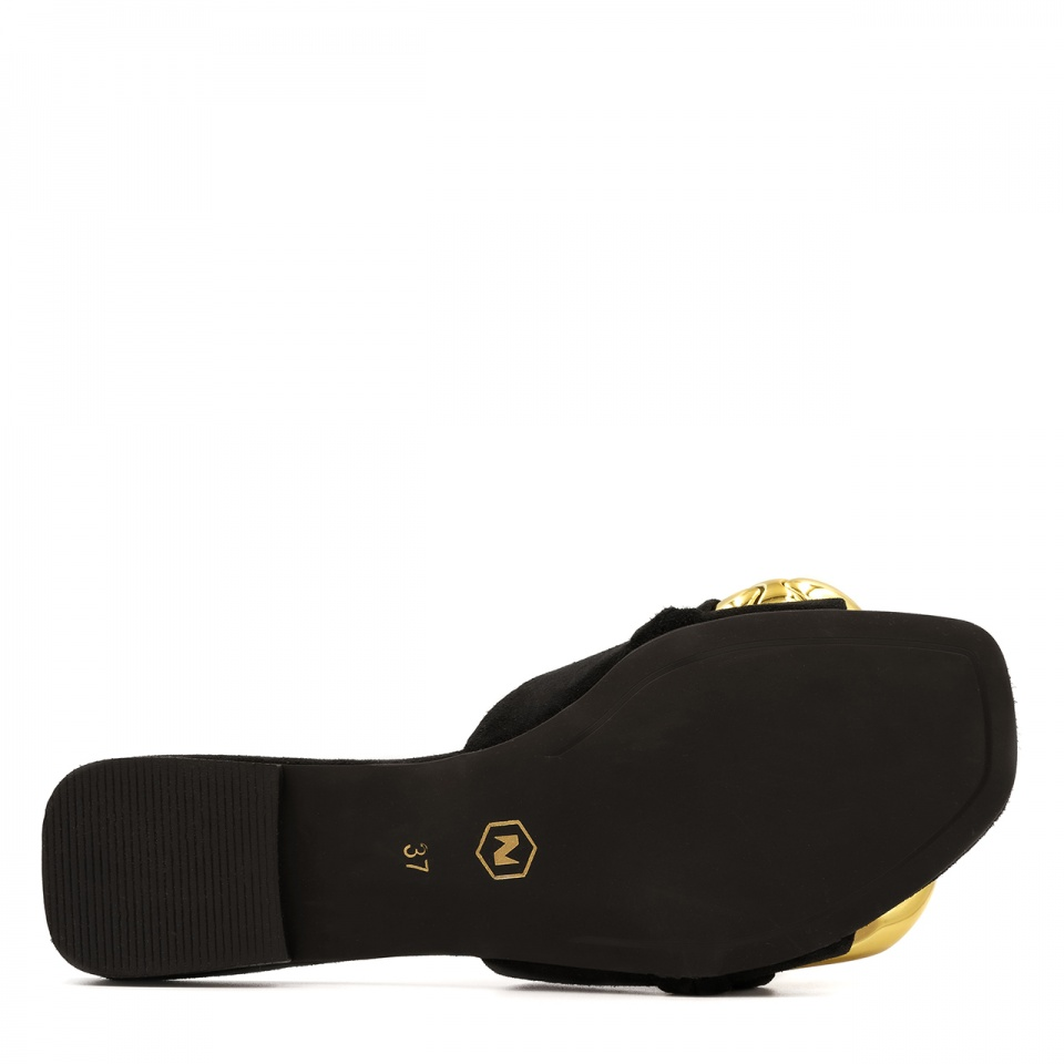 Czarne zamszowe klapki ze złotymi ogniwami 82B