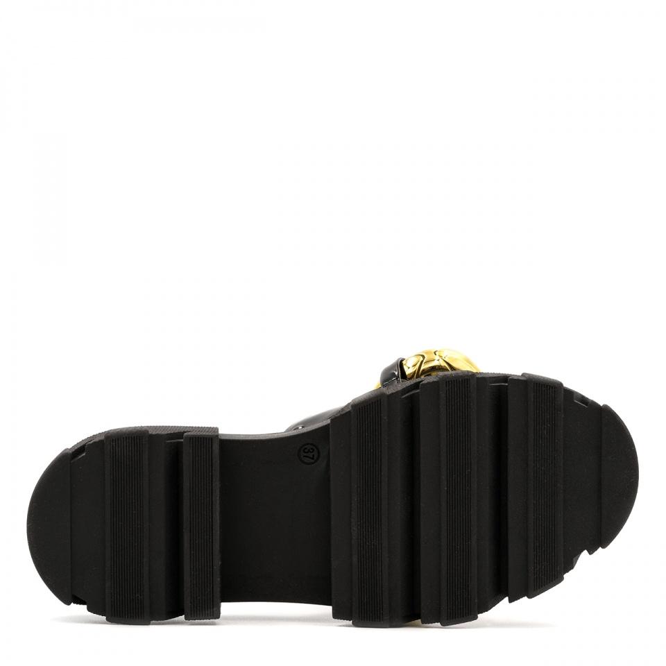 Czarne lakierowane klapki na grubej podeszwie 216L