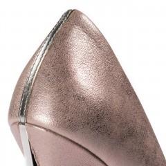 Perłowo-beżowe skórzane szpilki na wysokim srebrnym obcasie