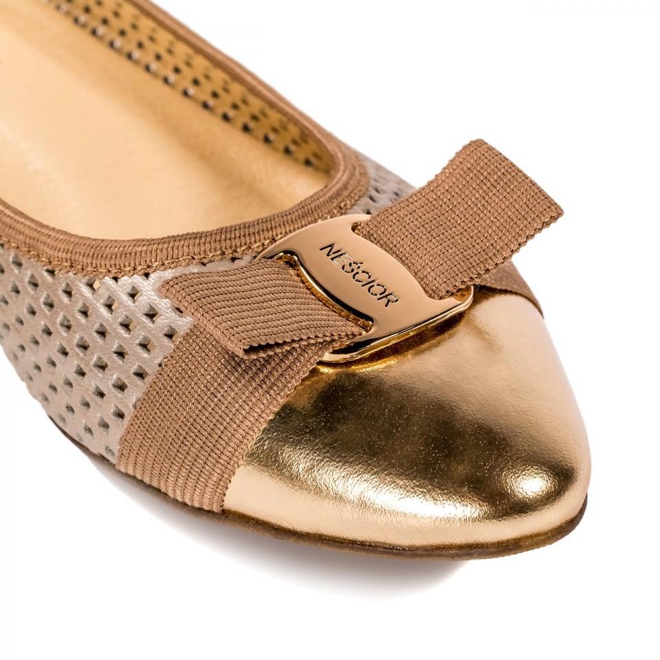 Perforowane perłowo-złote skórzane baleriny z logo