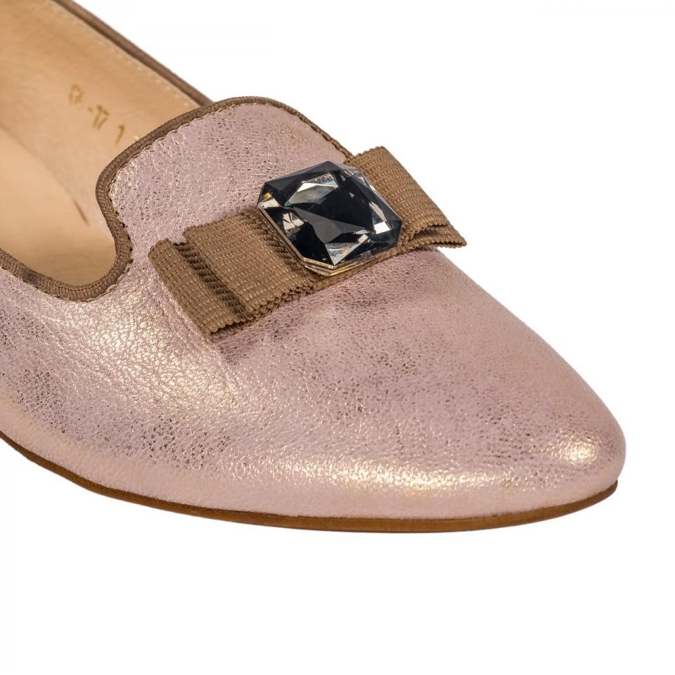 Perłowo-różowe skórzane lordsy z kamieniem na czubku