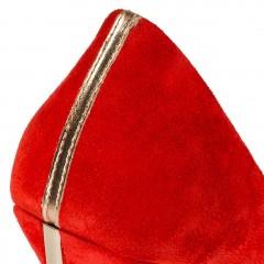 Czerwone zamszowe szpilki na wysokim złotym obcasie