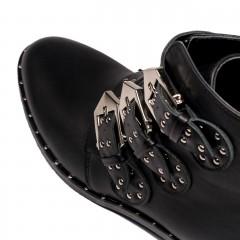 Czarne skórzane botki z ozdobnymi paskami na cholewce