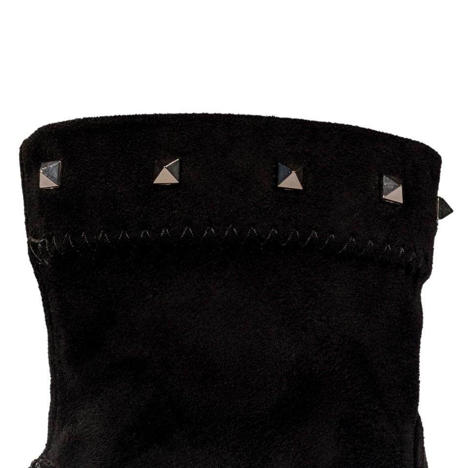 Czarne botki na wysokim słupku zdobione ćwiekami