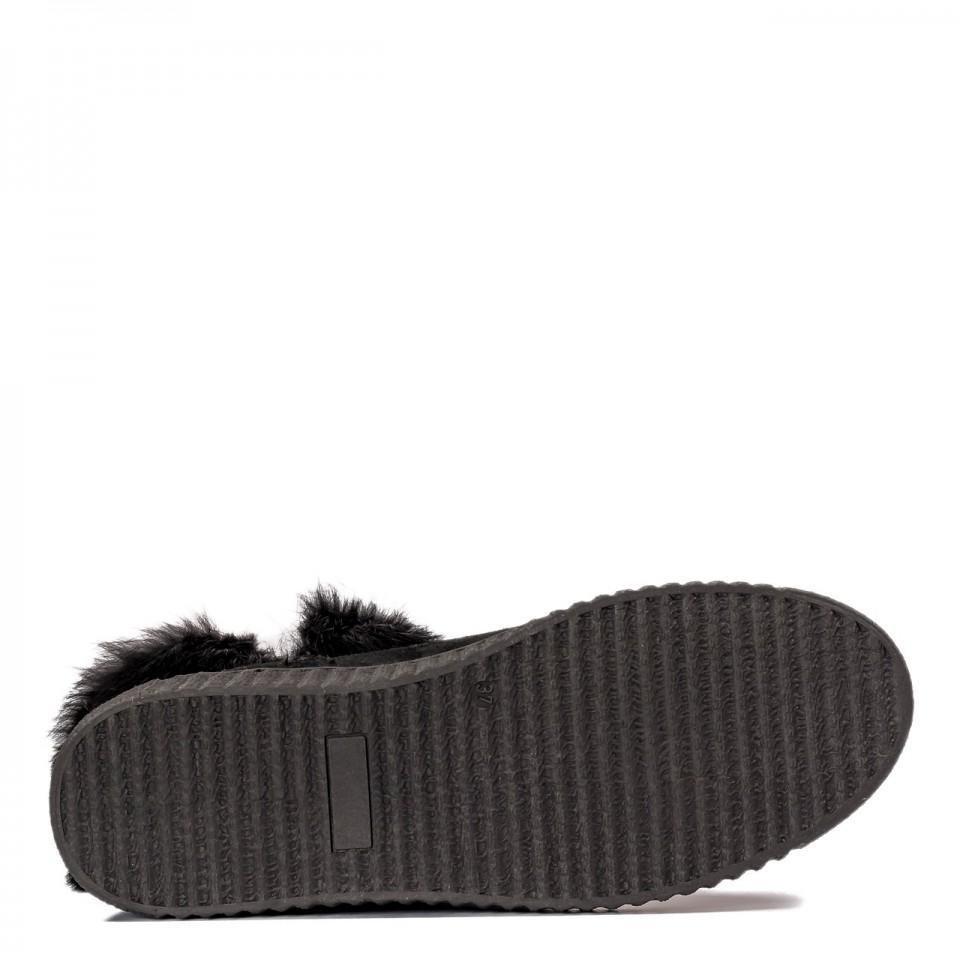 Czarne płaskie zamszowe botki z futerkiem
