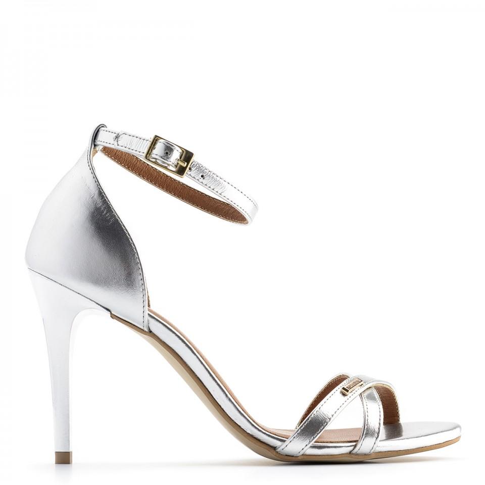 Srebrne skórzane sandały na obcasie z paskami