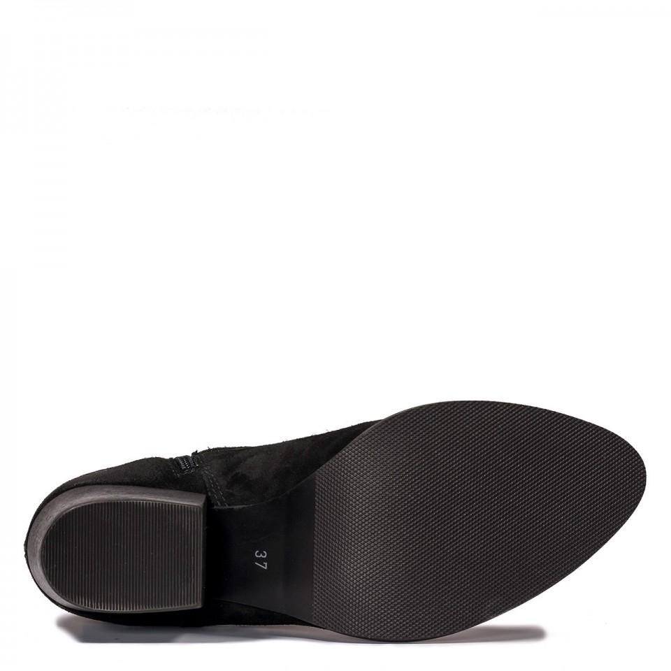 Czarne welurowe botki na klocku z paskam