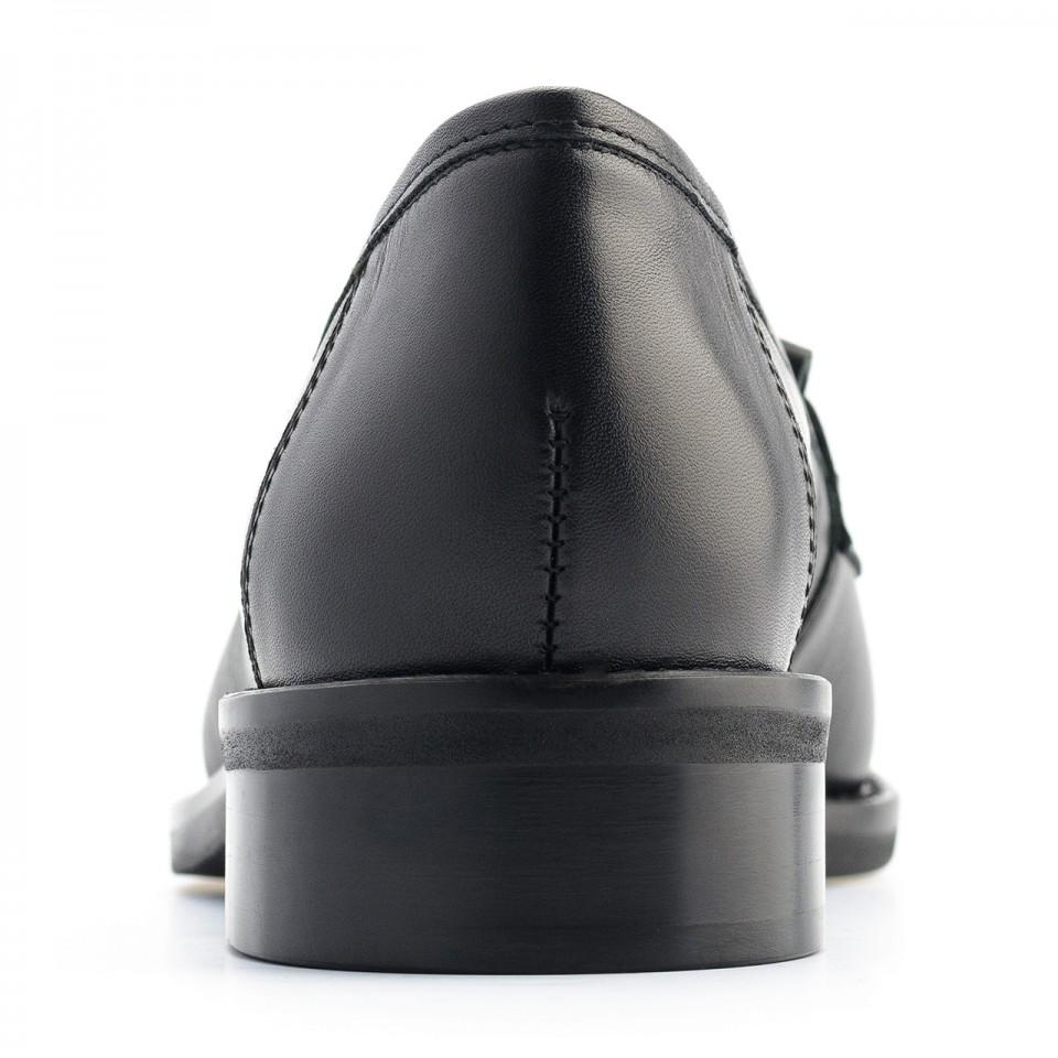 Czarne skórzane mokasyny  z ozdobnymi frędzlami 57Y