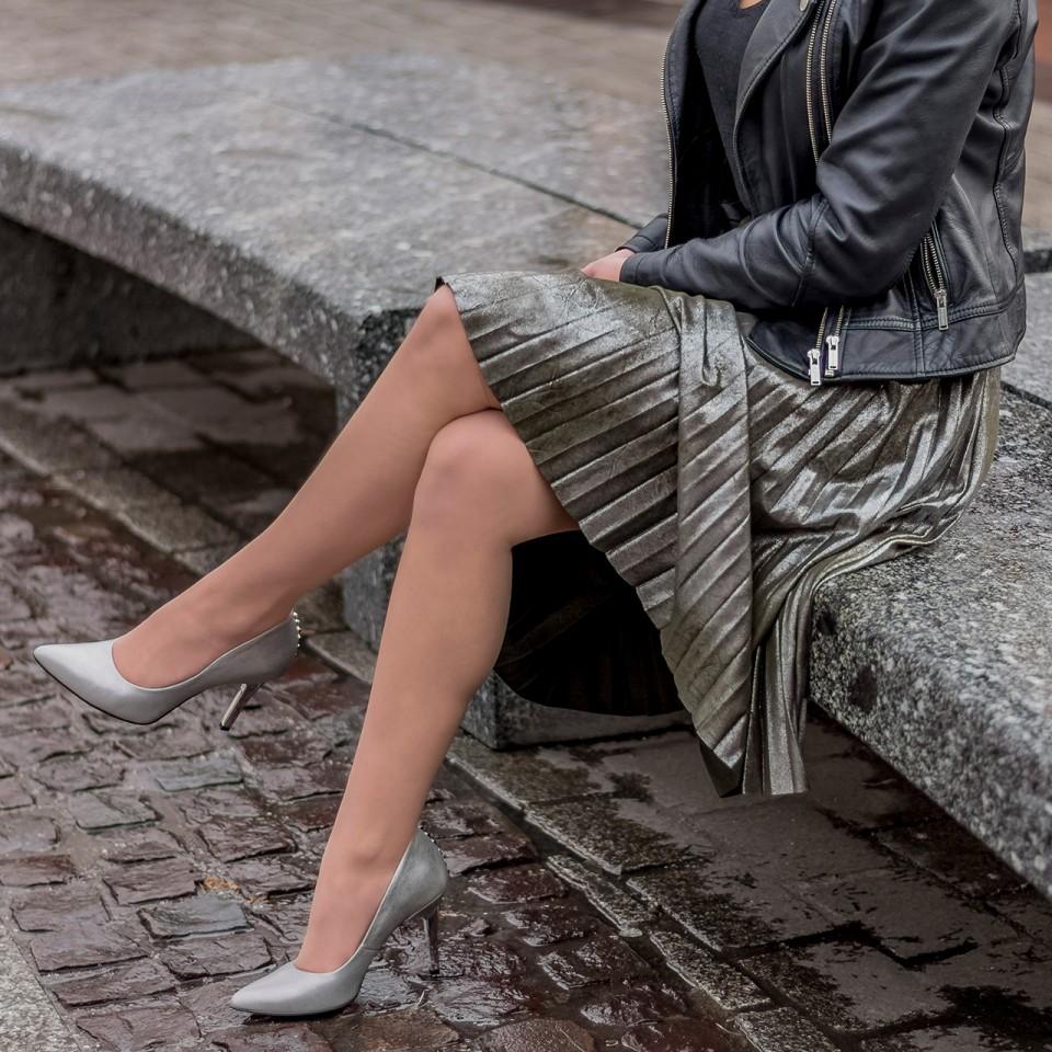 Perłowo-szare szpilki ze srebrnym obcasem i ćwiekami
