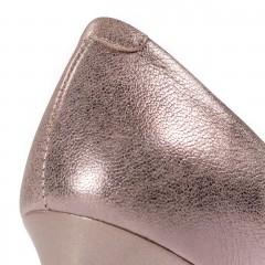 Perłowo-beżowe skórzane szpilki na niskim obcasie