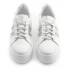 Białe skórzane creepersy ze srebrnymi ćwiekami