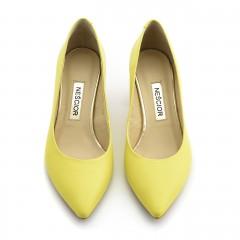 Żółte skórzane czółenka z ozdobnym obcasem