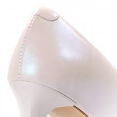 Perłowo-białe skórzane szpilki na niskim obcasie