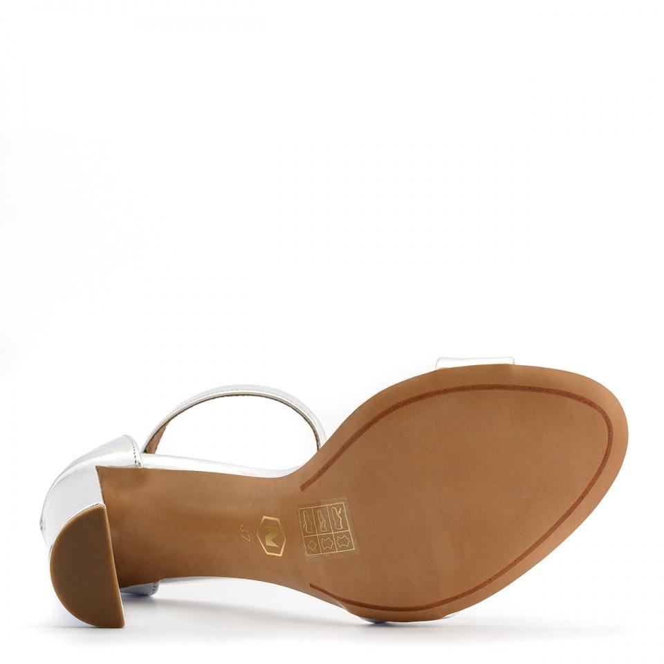 Srebrne skórzane sandały na słupku