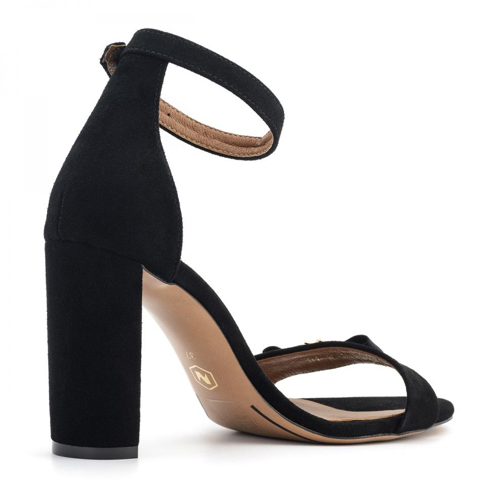 Czarne zamszowe sandały na słupku