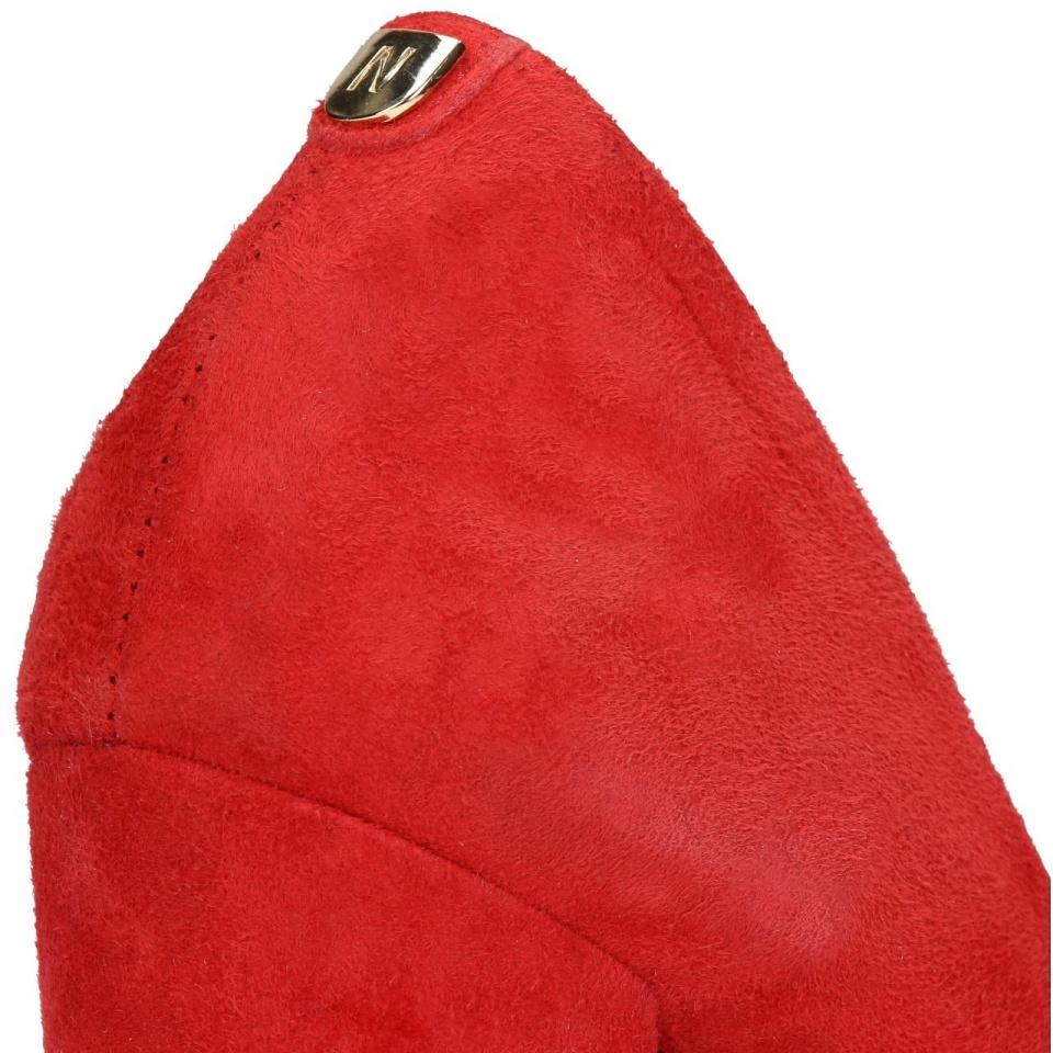 Czerwone zamszowe czółenka na wysokim słupku
