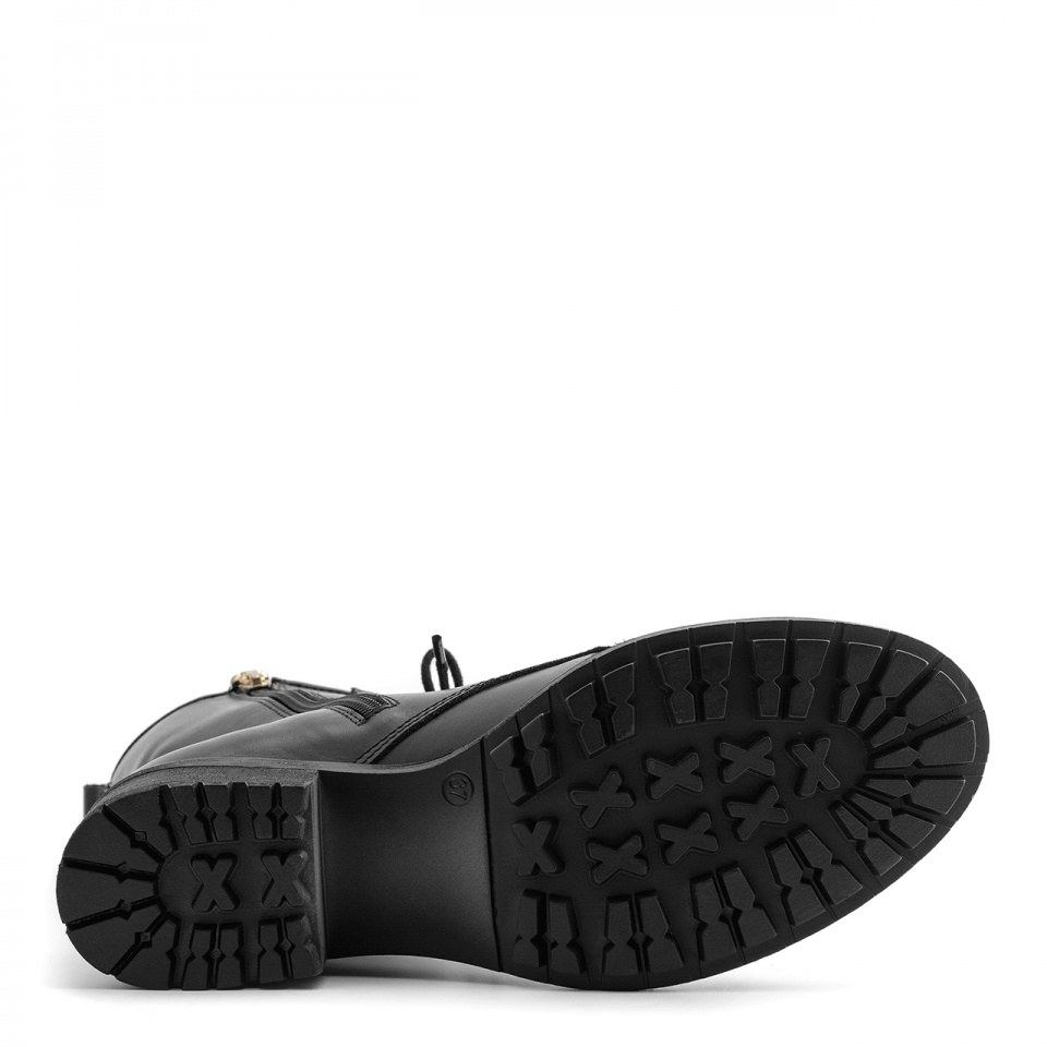 Czarne skórzane botki z gwiazdkami na cholewce