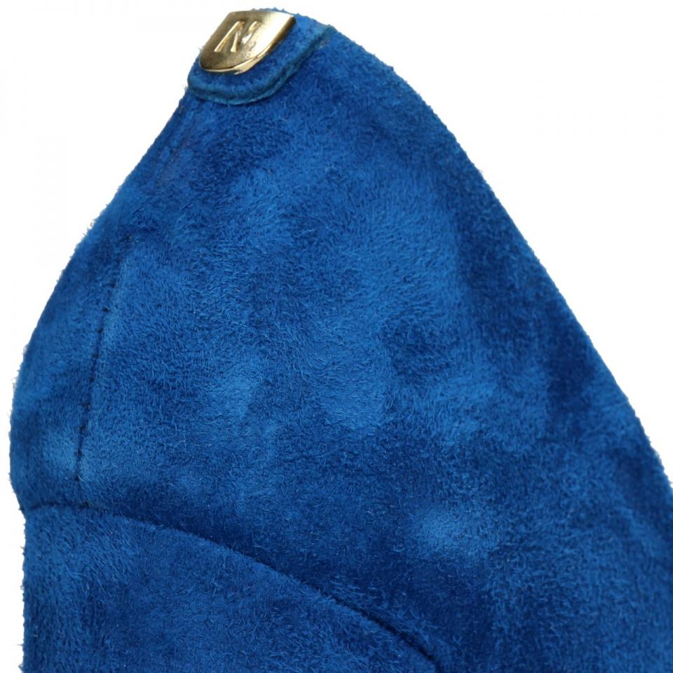 Niebieskie zamszowe czółenka z logo na pięcie