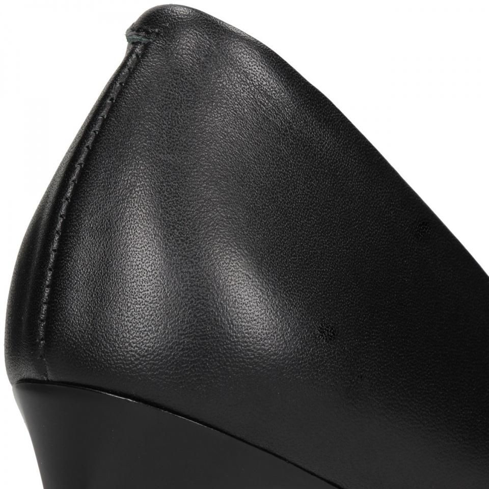 Czarne skórzane szpilki ze złotym paskiem 92X