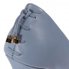 Niebieskie skórzane szpilki z ozdobą na pięcie