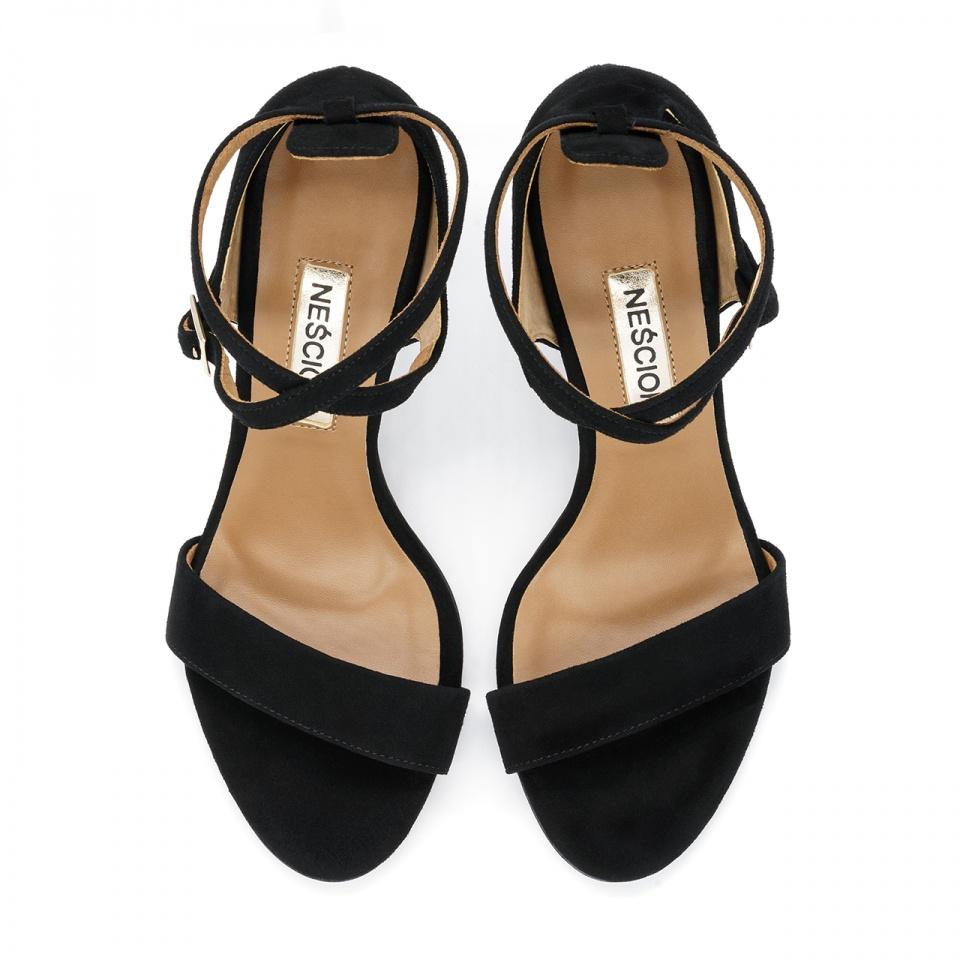 Czarne zamszowe sandały na słupku 33L