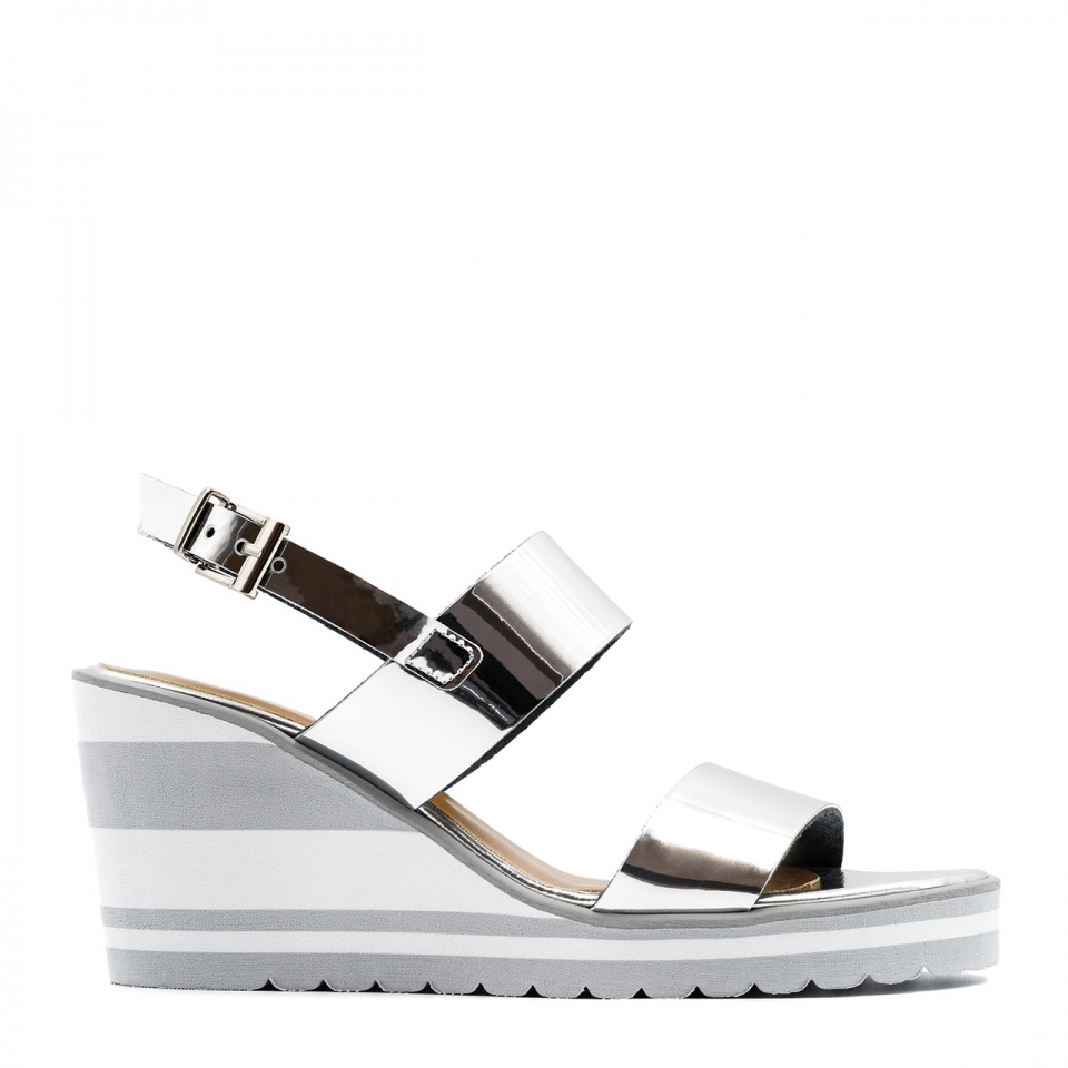 Srebrne skórzane sandały na koturnie 23K