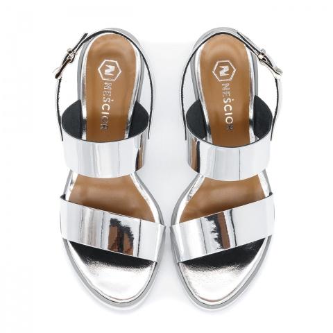 f6671f5779195 Srebrne skórzane sandały na koturnie 23K Srebrne skórzane sandały na  koturnie 23K