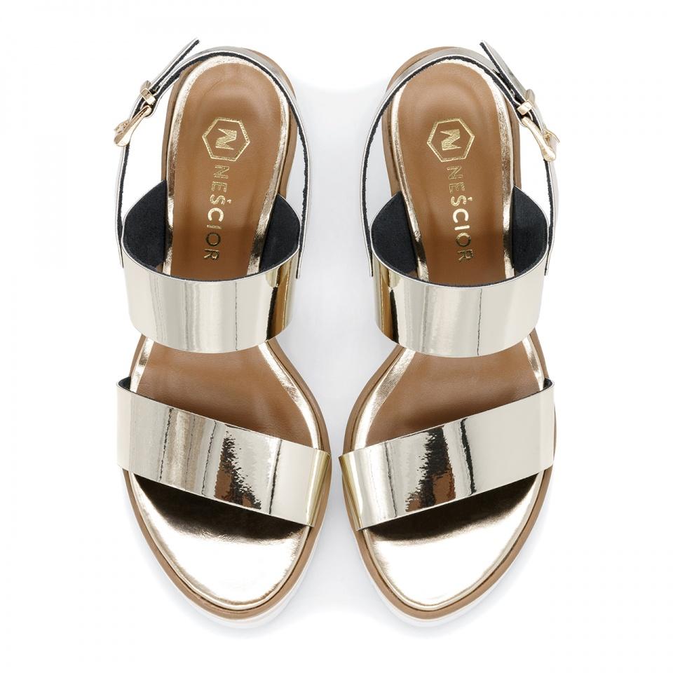 Złote skórzane sandały na koturnie 23K