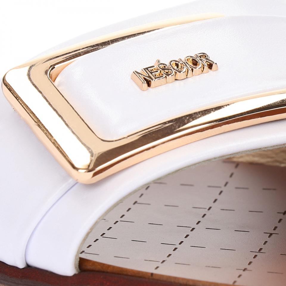 Białe skórzane klapki ze złotą klamrą 67CC