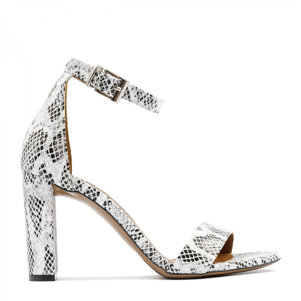 Wężowe biało czarne skórzane sandały na wysokim słupku 33G