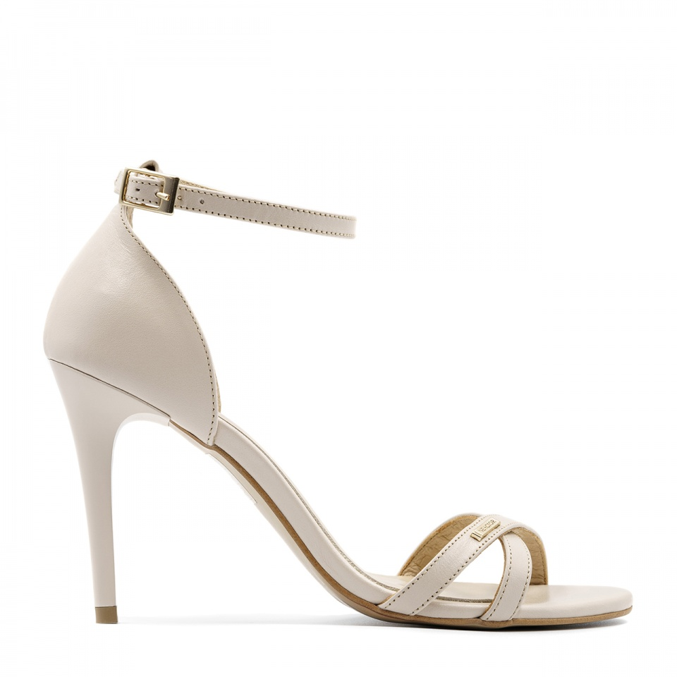 Beżowe skórzane sandały na obcasie z paskami 04S1