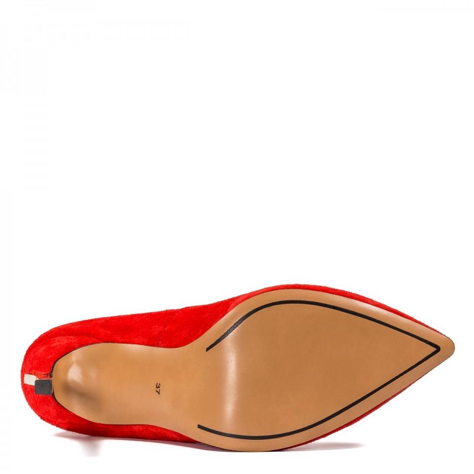 Czerwone zamszowe szpilki ze złotym obcasem