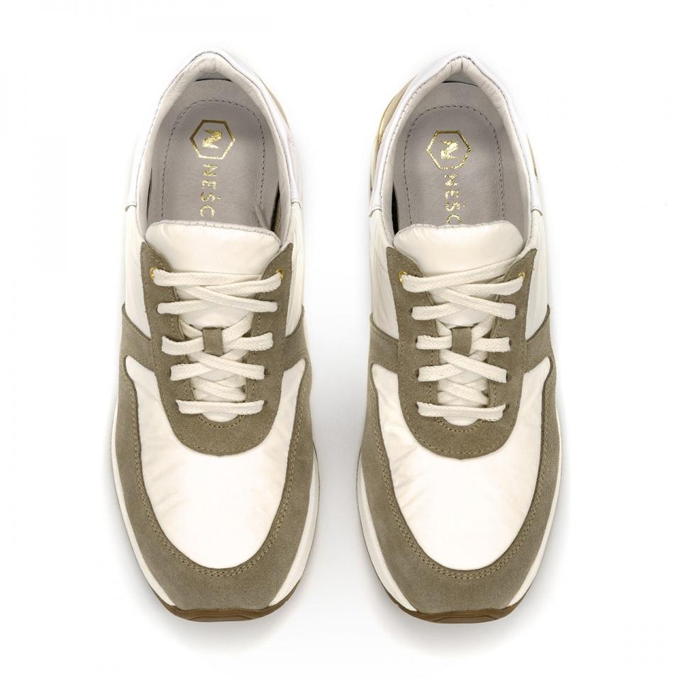 Sportowe białe sneakersy typu chunky ze złotą wstawką 278A