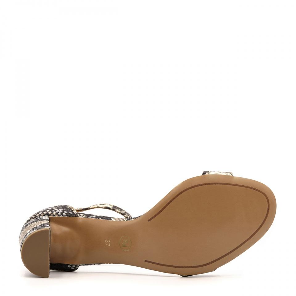 Skórzane sandały w wężowy wzór na niskim słupku 209B