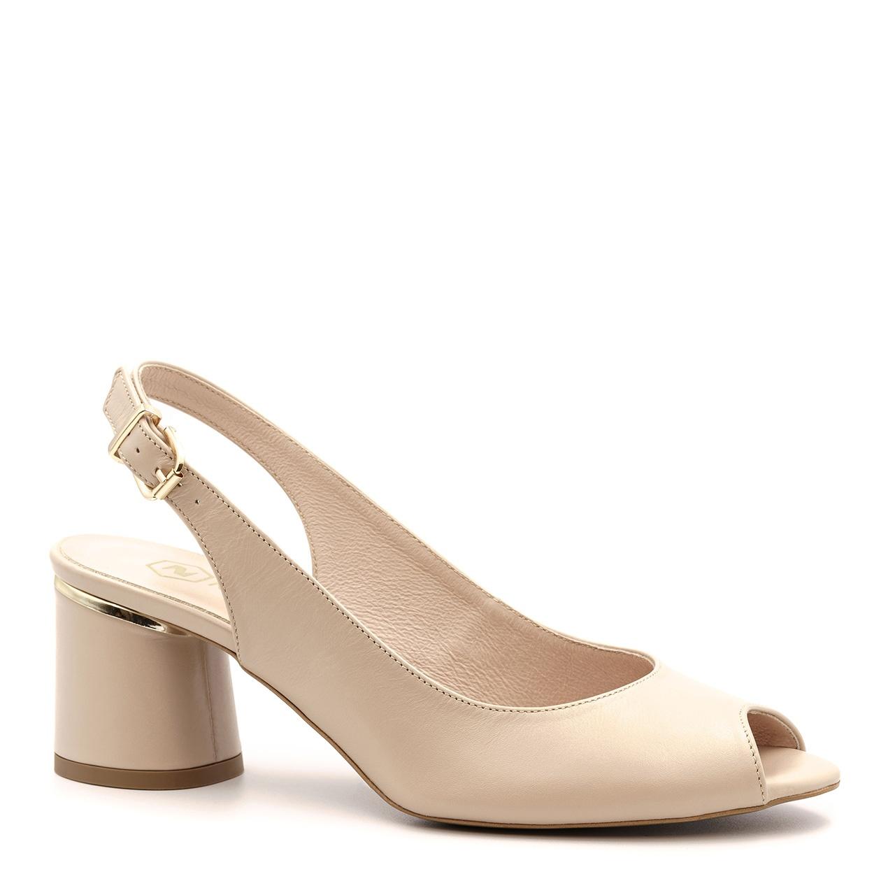 Pudrowo różowe skórzane sandały z otwartymi palcami na