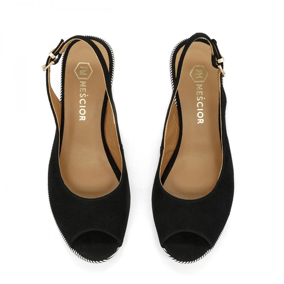 Czarne zamszowe sandały na ozdobnym koturnie 24V