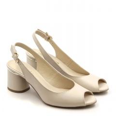 Beżowe skórzane sandały z otwartymi palcami na ozdobnym niskim obcasie 23V