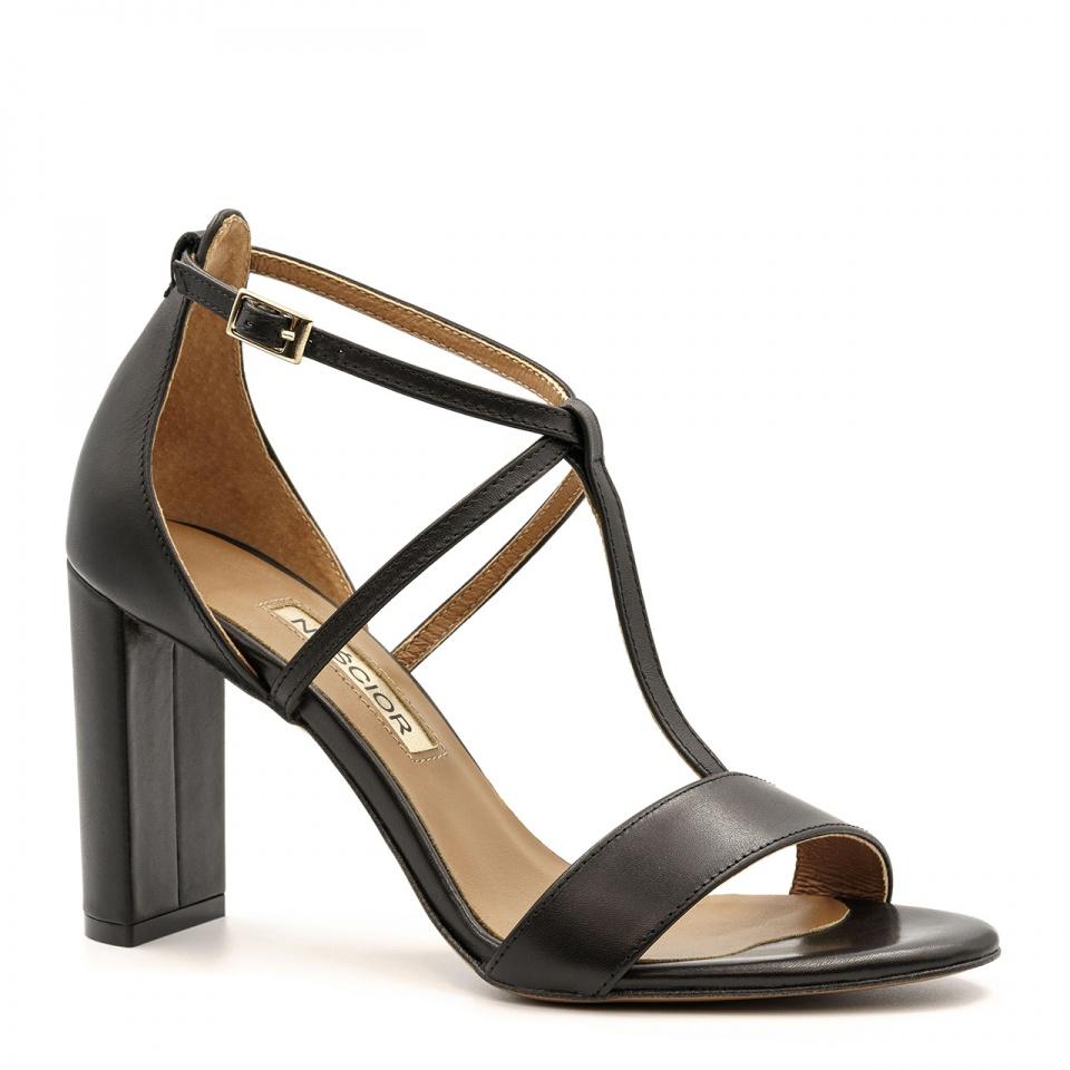 Czarne skórzane sandały z paskami na wysokim słupku 33D