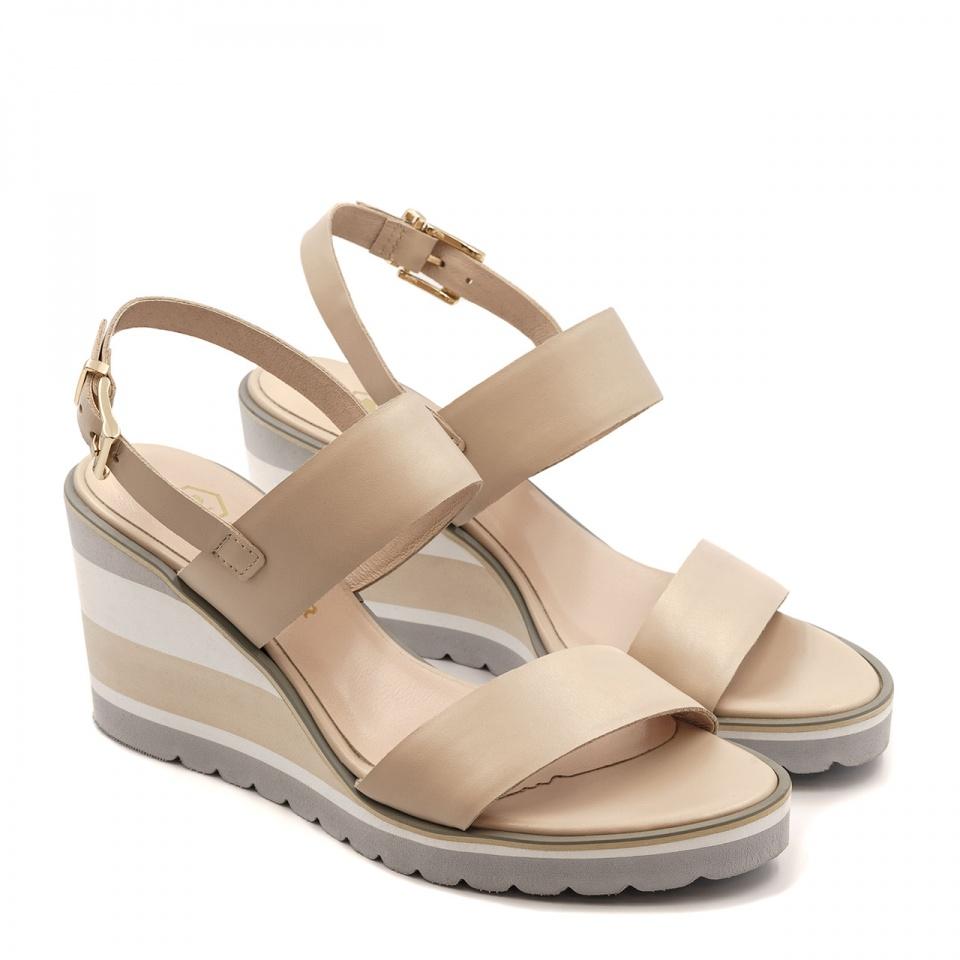 Pudrowo różowe skórzane sandały na koturnie 23G
