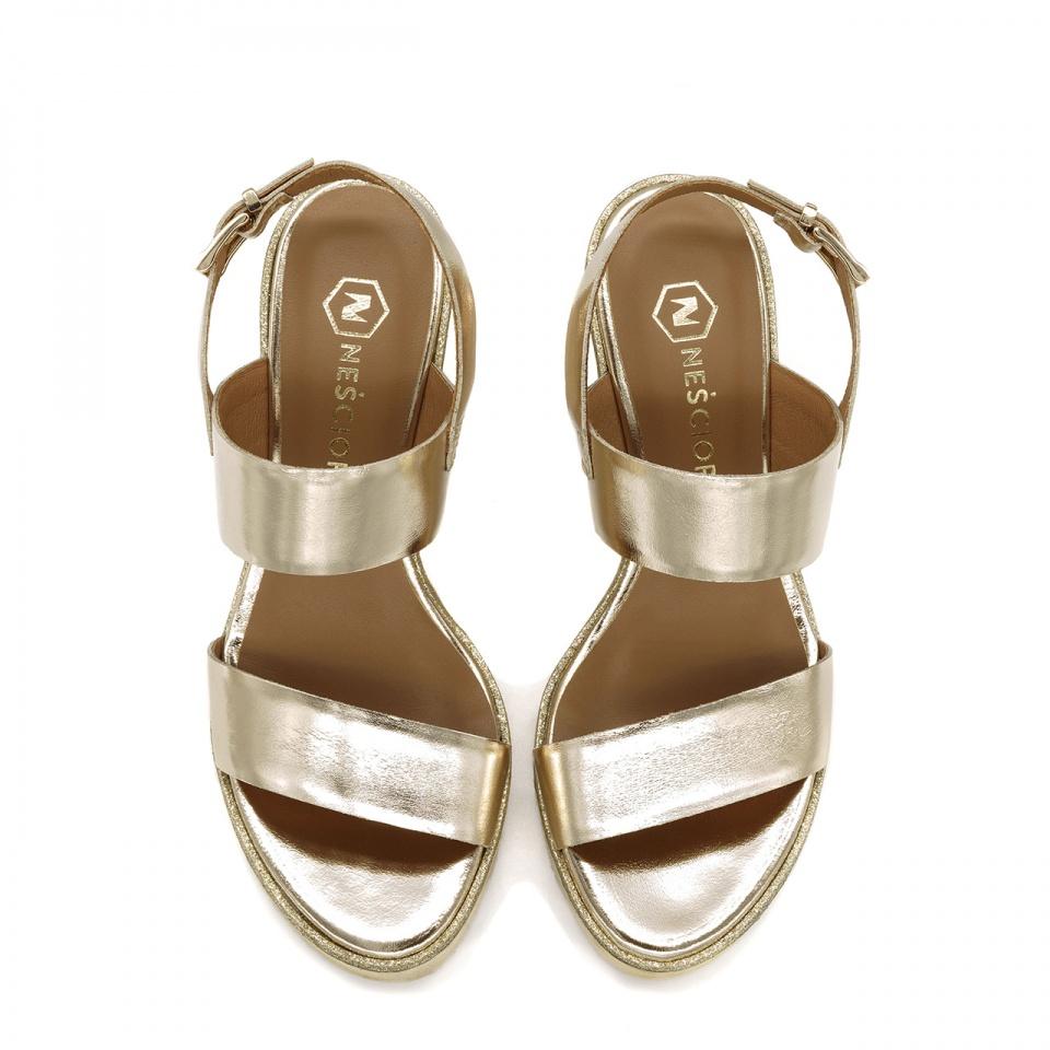 Złote skórzane sandały na koturnie 23G